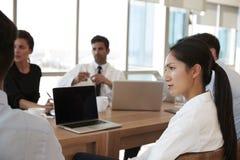 Groep Medische Personeelsvergadering rond Lijst in het Ziekenhuis stock foto