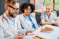 Groep medische studenten in het klaslokaal stock foto