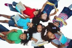 Groep meisjes die boeken lezen Stock Fotografie