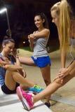 Groep meisjes die het uitrekken doen zich bij nacht Stock Afbeelding