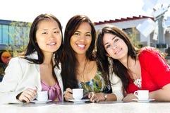 Groep meisjes die koffie hebben Royalty-vrije Stock Foto