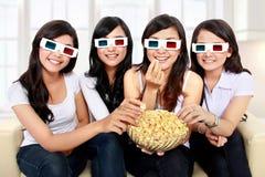 Groep meisjes die op de film letten Stock Foto