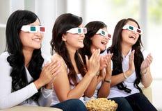 Groep meisjes die op goede 3D film letten Royalty-vrije Stock Afbeelding