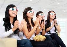 Groep meisjes die op goede 3D film letten Royalty-vrije Stock Afbeeldingen