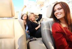 Groep meisjes die pret in de auto hebben en selfies met camera nemen royalty-vrije stock afbeelding