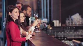 Groep meisjes en jongens bij de bar stock video