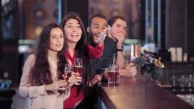 Groep meisjes en jongens bij de bar die toejuichen voor stock videobeelden