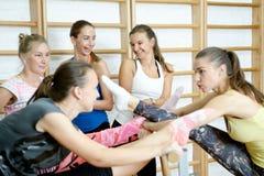 Groep meisjes na opleiding glimlachend en sprekend Stock Afbeeldingen