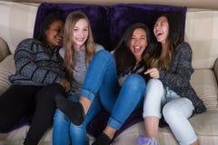 Groep meisjesvrienden die en pret hebben thuis lachen Royalty-vrije Stock Afbeelding