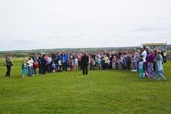 Groep mensen bij Abdijruïnes boven whitby stad 'hoofdartikel' Royalty-vrije Stock Foto's