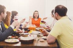 Groep mensen bij de feestelijke partij van het lijstdiner Stock Afbeeldingen