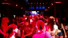 Groep mensen bij partij het dansen stock footage