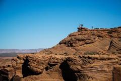 Groep mensen bovenop een berg op Hoefijzerneiging Royalty-vrije Stock Foto