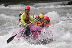 Groep mensen die en op rivier met plonswater 28,2011 Augustus rafting roeien in Thailand Royalty-vrije Stock Afbeelding