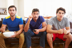 Groep Mensen die op Sofa Watching Sport Together zitten Royalty-vrije Stock Afbeelding