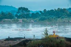 Groep mensen die over de rivier roeien Stock Fotografie
