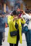 Groep mensen die wierook branden en in een tempel in China bidden Royalty-vrije Stock Foto