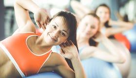 Groep mensen in een Pilates-klasse bij de gymnastiek Stock Afbeeldingen