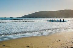 Groep Mensen Kayaking langs het Overzees Vreedzame Kustweg, Avila Strand stock fotografie
