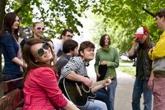 Groep mensen op stad. Muziek. stock fotografie