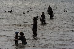 Groep mensen in overzees Silhouetten Stock Foto