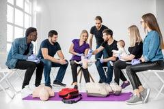 Groep mensen tijdens de eerste hulp opleiding stock foto