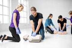 Groep mensen tijdens de eerste hulp opleiding stock fotografie