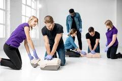 Groep mensen tijdens de eerste hulp opleiding stock foto's