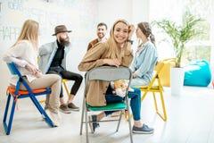 Groep mensen tijdens de psychologische therapie binnen stock afbeeldingen