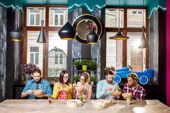 Groep mensen tijdens het diner bij het Aziatische voedselrestaurant royalty-vrije stock afbeelding