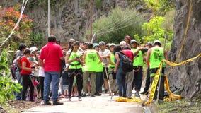 Groep Mensen vóór Bergbeklimmingsconcurrentie stock videobeelden