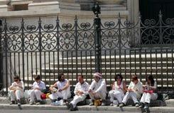 Groep mensen in witte eenvormige het eten lunch op de straat in Rome stock foto's