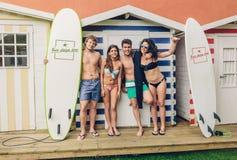 Groep mensen in zwempak die pret hebben in openlucht stock fotografie