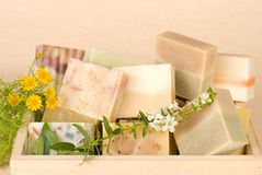 Groep met de hand gemaakte zeep in houten doos Royalty-vrije Stock Foto