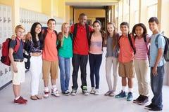 Groep Middelbare schoolstudenten die zich in Gang bevinden Stock Foto's