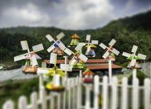 Groep miniatuur traditionele Nederlandse oude houten windmolen met hoogste heuvelmening Stock Afbeelding