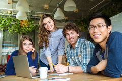 Groep modern zakenlui die een vergadering in conferentieruimte hebben Royalty-vrije Stock Afbeelding