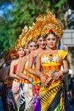 Groep mooie Balinese vrouwendansers in traditionele kostuums Royalty-vrije Stock Afbeelding