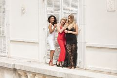 Groep mooie sexy dames in elegante kleding bij zonnige summe royalty-vrije stock foto