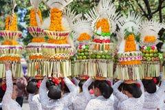 Groep mooie vrouwen in traditionele Balinese kostuums Royalty-vrije Stock Afbeeldingen
