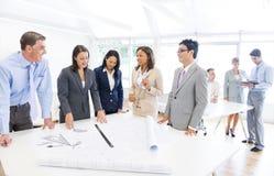 Groep Multi Etnische Architecten die voor een Nieuw Project plannen Stock Afbeelding
