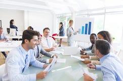 Groep Multi-etnische Collectieve Mensen die een Commerciële Vergadering hebben