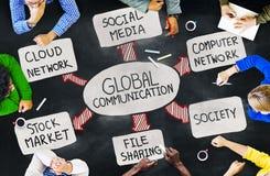 Groep Multi-etnische Mensen die over Mondiale Kwesties bespreken stock afbeeldingen