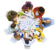Groep Multi-etnische Ontwerpers die voor een Nieuw Project plannen stock afbeelding