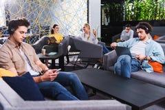 groep multicultureel zakenlui die bij het moderne coworking werken stock foto