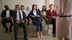 Groep multiraciale luisteraars bij bedrijfsseminarie stock footage