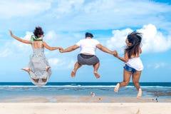 Groep multiraciale vrienden die pret op het strand van het tropische eiland van Bali, Indonesië hebben royalty-vrije stock foto's