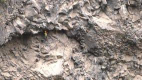 Groep Niet geïdentificeerde Mensen die over Tibetaanse Brug in Banos DE Agua Santa kruisen stock video