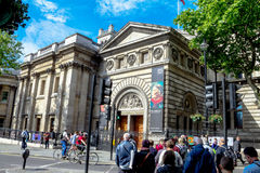 Groep niet geïdentificeerde toeristen dichtbij Nationale Portret-Galerij in centraal van Londen in ochtendtijd Stock Fotografie