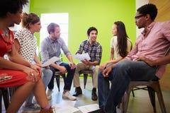 Groep Ontwerpers die Nieuwe Ideeën samenkomen te bespreken Stock Fotografie